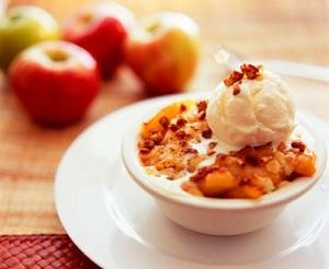 desert de mere caramelizate cu inghetata