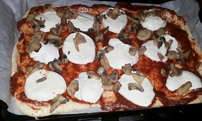 pizza cu ciuperci la tava